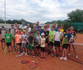 Tennisnachwuchs übt und feiert